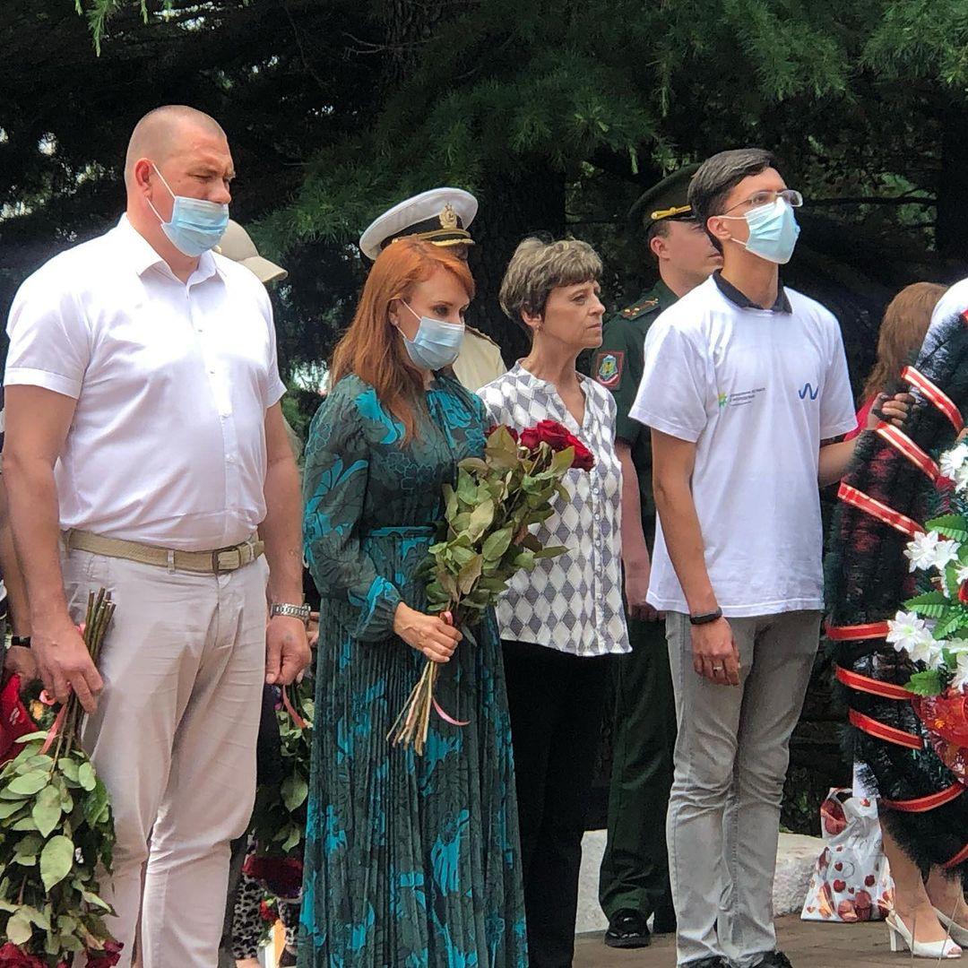 Туапсинцы возложили цветы к Вечному огню
