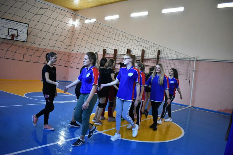 Студенты Туапсе играют в волейбол