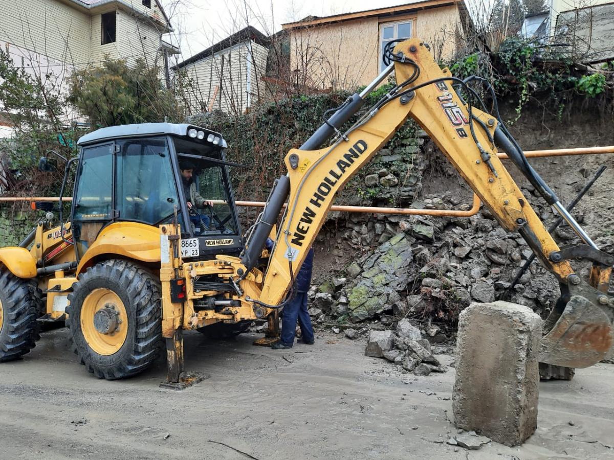 На ул. К. Либкнехта ведутся работы по ликвидации последствия обрушения участка подпорной стены