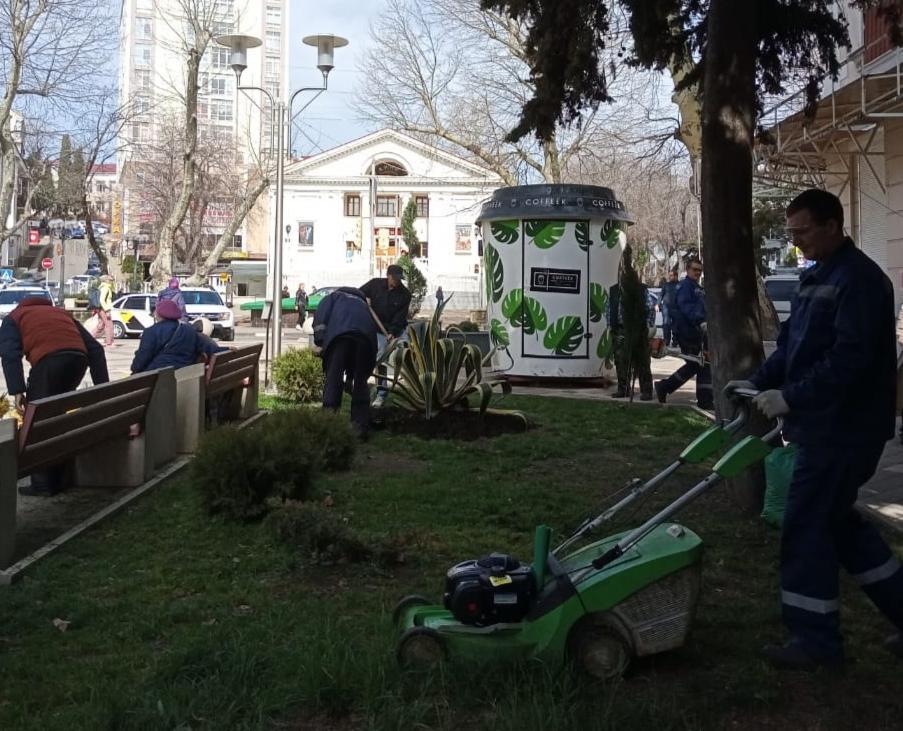 В Туапсе продолжаются работы по уходу за зелеными насаждениями