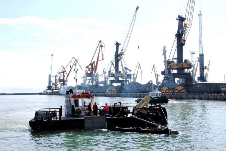 В морской акватории Туапсе завершили ликвидацию последствий загрязнения нефтепродуктами