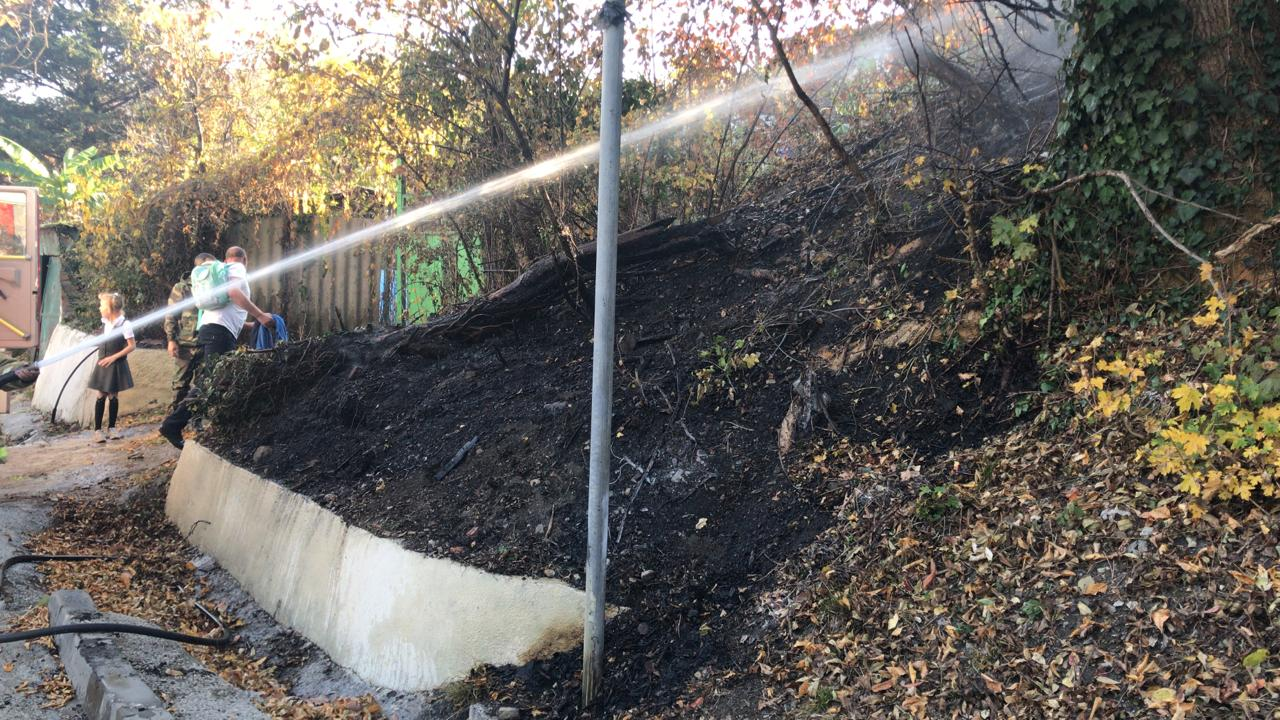 В Туапсе ликвидировано возгорание листвы вдоль федеральной трассы