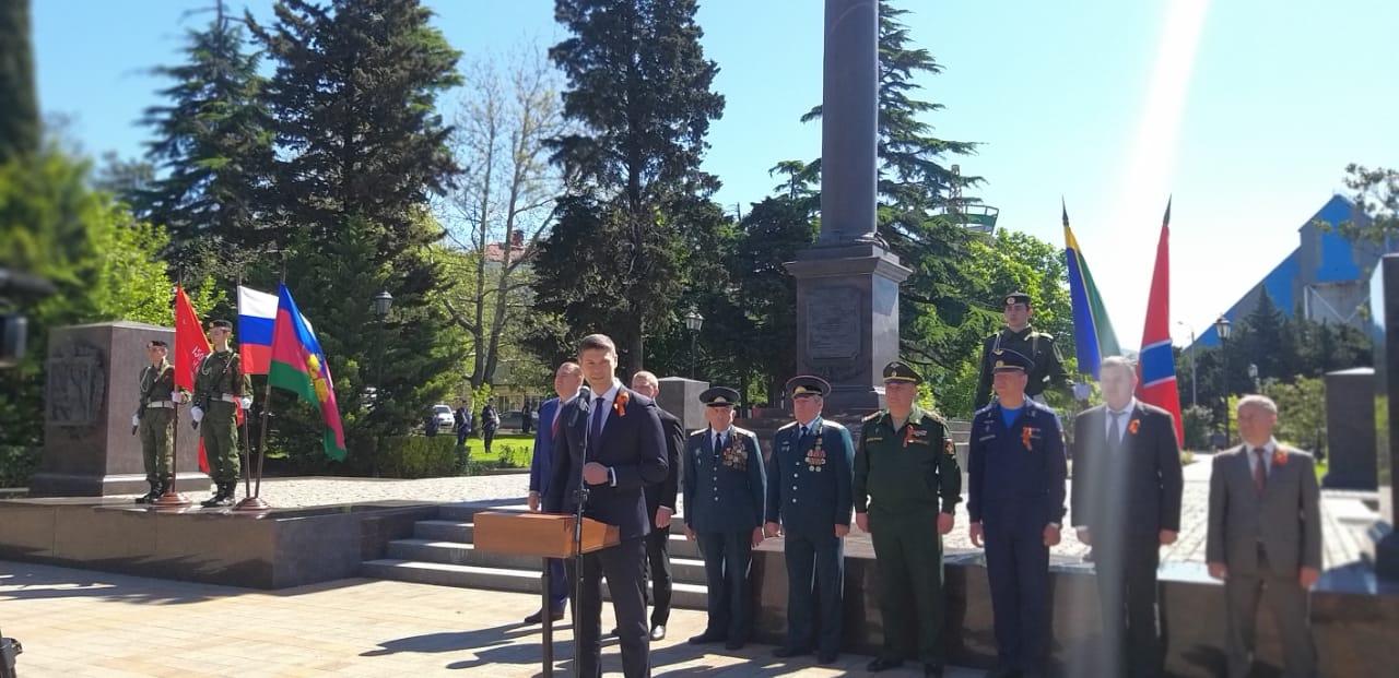 В Туапсе торжественно открыли три постамента с именами героев обороны города