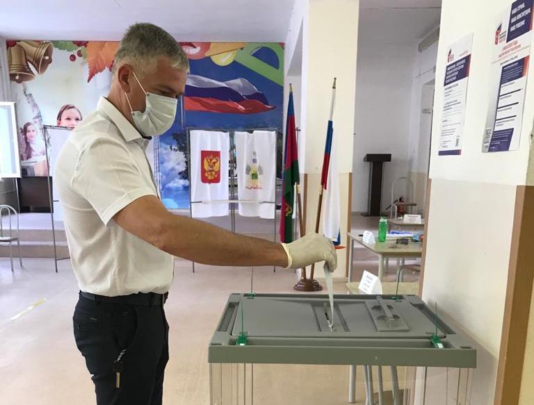 В Туапсе проходит основной день голосования по поправкам в Конституцию России ⠀
