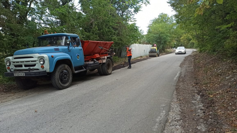 В Туапсе обустраивают обочины дороги на Кадош