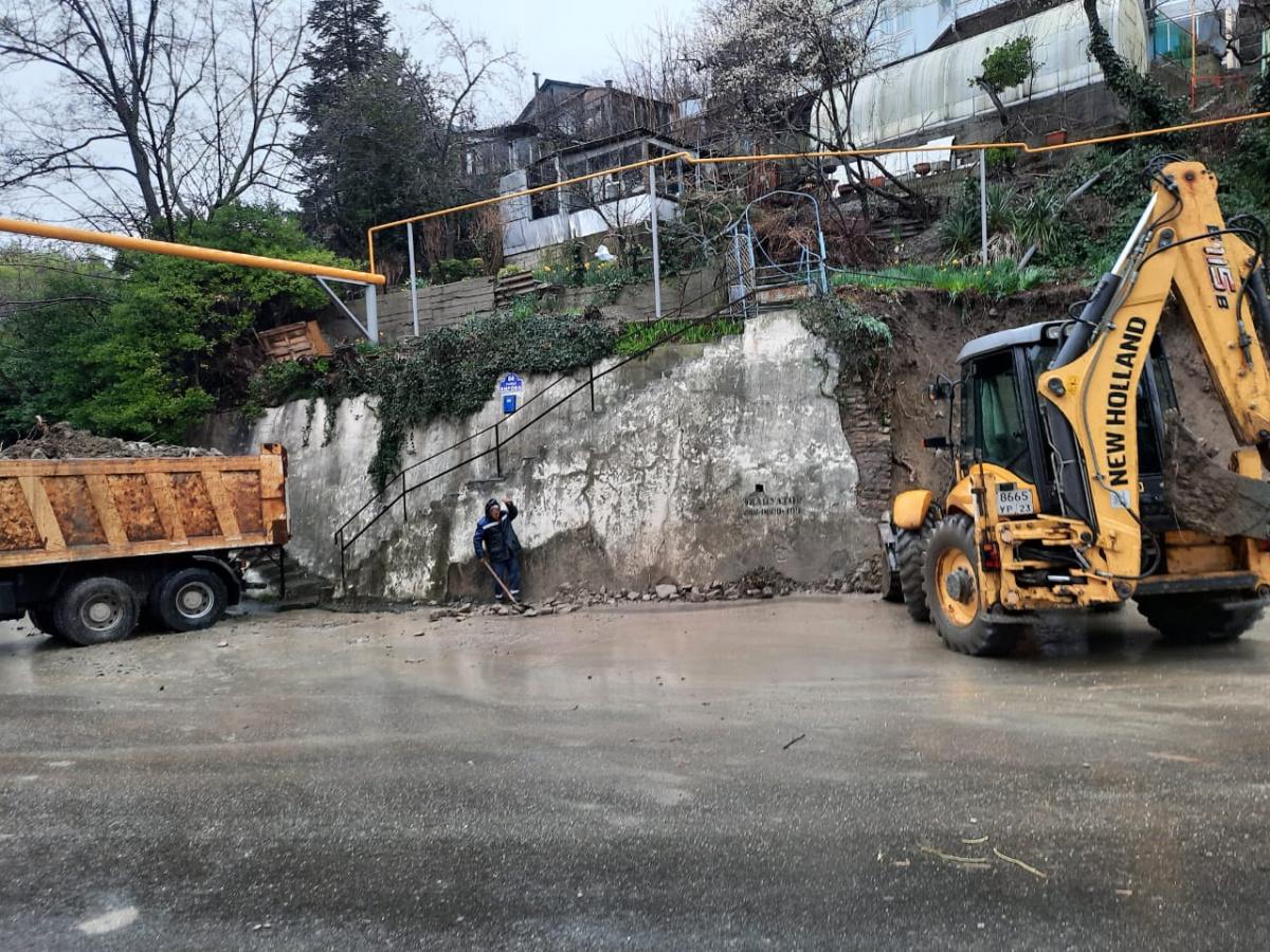 На месте разрушения подпорной стены по ул.Кирова  ведутся аварийно-восстановительные работы