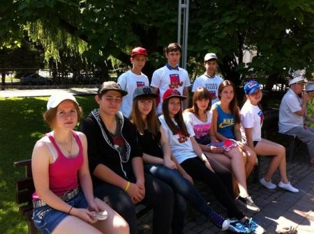 30 июня 2015 года подростковая трудовая бригада занималась благоустройством территории города.