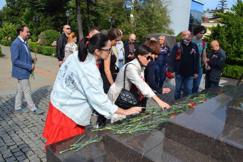 Участники Международной научно-практической конференции возложили цветы к Стеле «Город воинской славы»