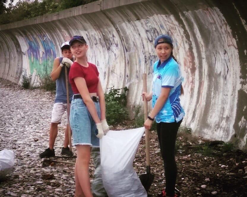 В Туапсе молодежь провела экологическую акцию «Чистый берег» Добровольцы Волонтерского корпуса Туапсе и городского молодежного центра собрались сегодня на центральном пляже, чтобы навести санитарный порядок в рамках экологической акции «Чистый берег»